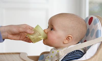 Можно ли заставить грудничка пить воду и как это сделать?