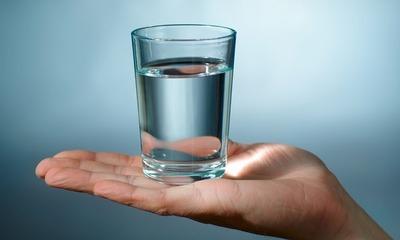 Можно или нельзя пить воду перед сном?