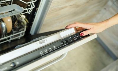 В каких случаях необходимо сливать воду из посудомоечной машины Bosch и как это сделать?