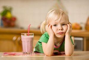 Ребенок с молочным коктейлем